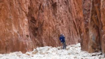 Hiking in Standley Chasm, Larapinta Trail | #cathyfinchphotography